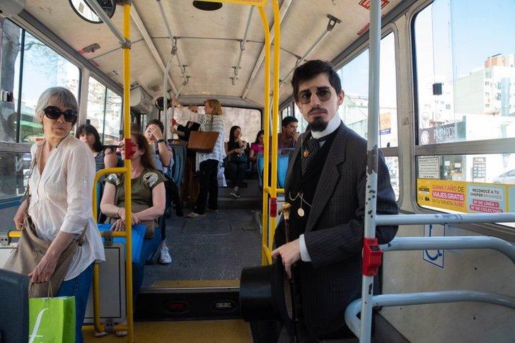 Santiago Pellegrini vistiendo traje de siglo pasado en el autobús