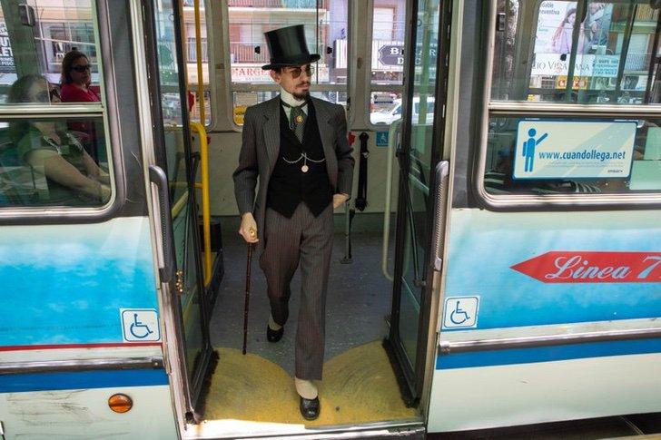 Santiago Pellegrini vestido como traje y sombrero de copa bajando de un autobús1880 y 1930