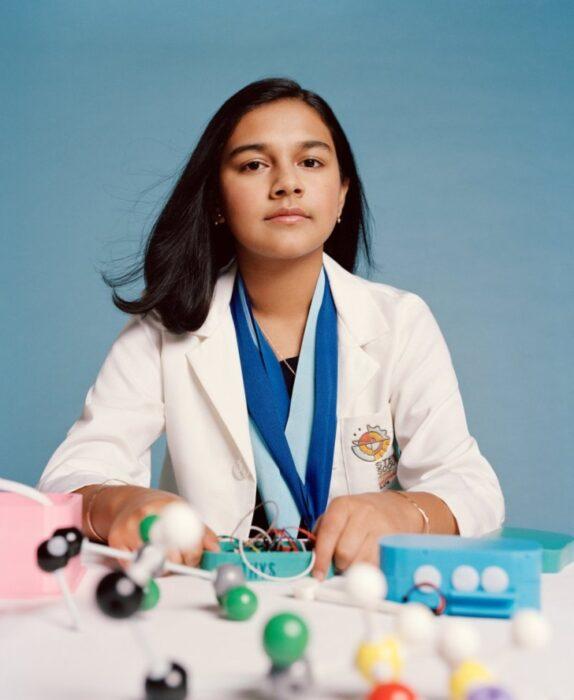Gitanjali Rao, niña sentada frente a un escritorio con medicamento; Joven es nombrada la primera 'Niña del Año' por la revista 'Time'