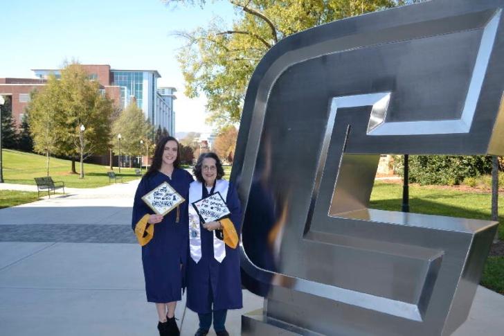Melody y Pat Ormond con sus togas y birretes de graduación