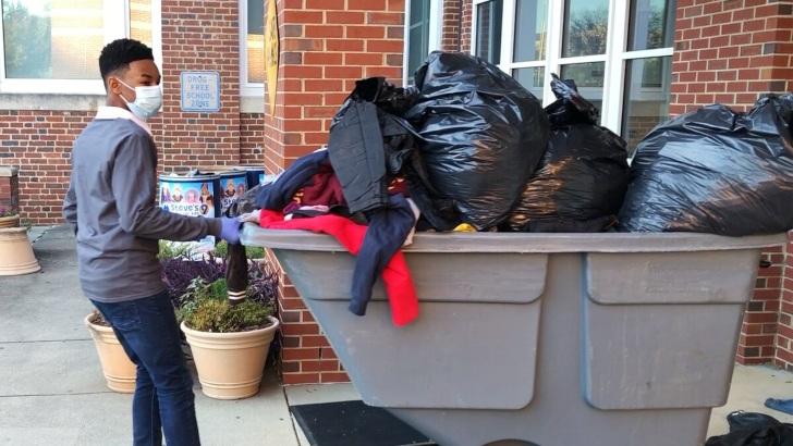 Julien Boyce recolectando ropa invernal para Steve's Coats for Kids