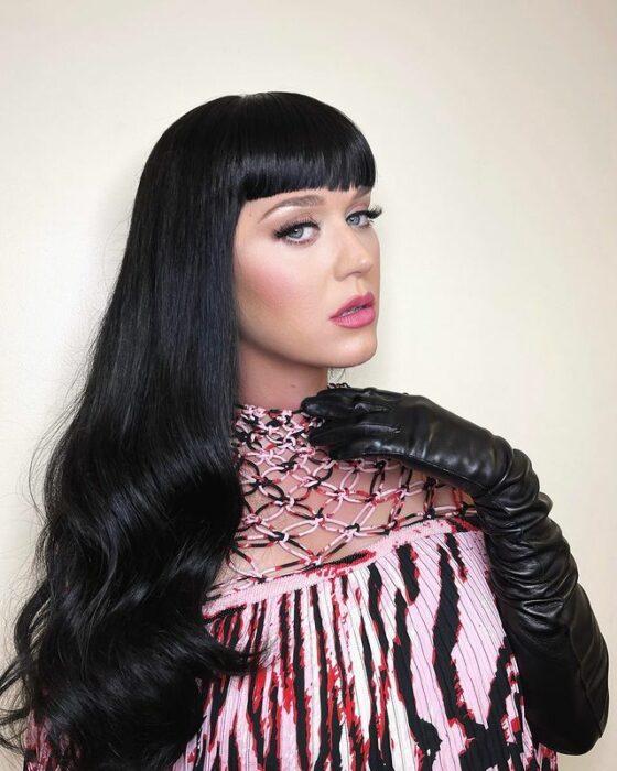 Katy Perry con el cabello negro