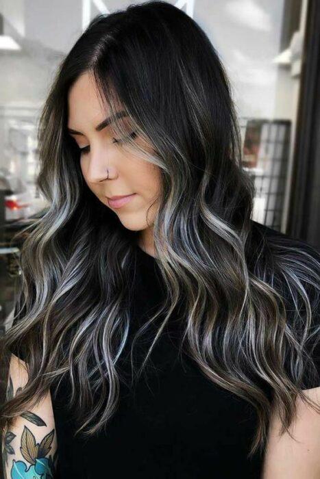 Chica de cabello negro con mechas plata