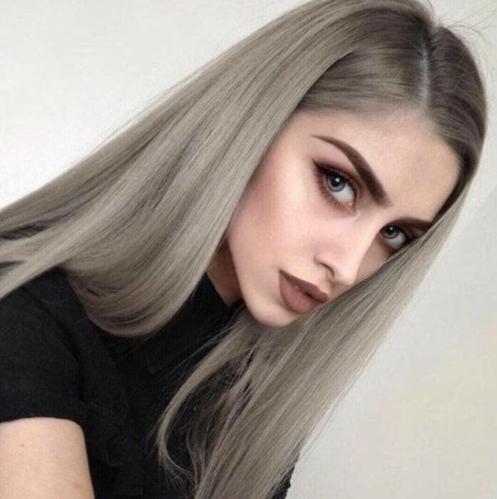 Chica de cabello lacio de color platinado