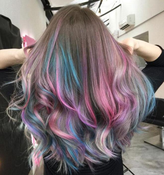 Chica de cabello castaño con tonos arcoíris