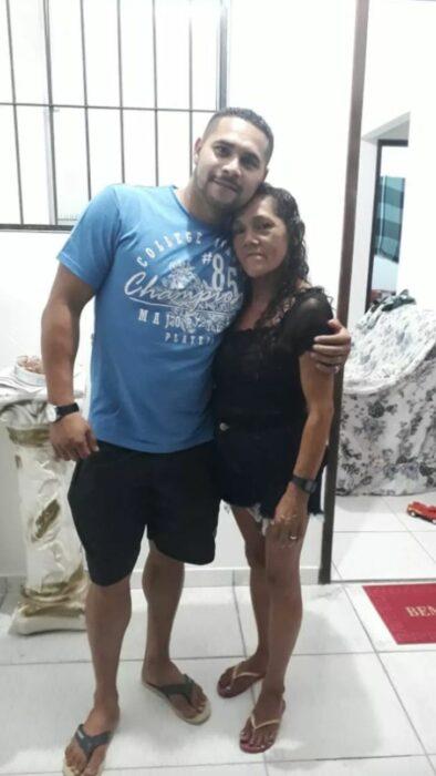 Carlos y su mamá abrazándose en su reencuentro