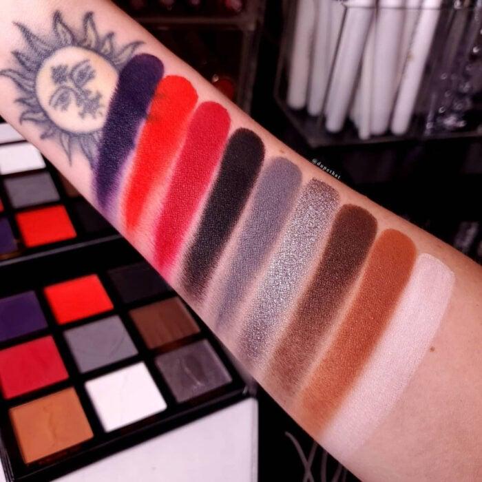 My Chemical Romance lanza su propia línea de maquillaje emo junto a HipDot, sombras, delineadores y brochas; beauty swatch; morado, rojo, negro, gris, café y blanco