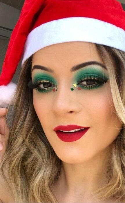 Chica con maquillaje en tono verde con destellos en  parpados; Maquillajes para celebrar Navidad