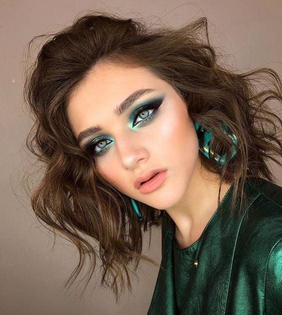 Chica con maquillaje en tonos verde con glitter; Maquillajes para celebrar Navidad