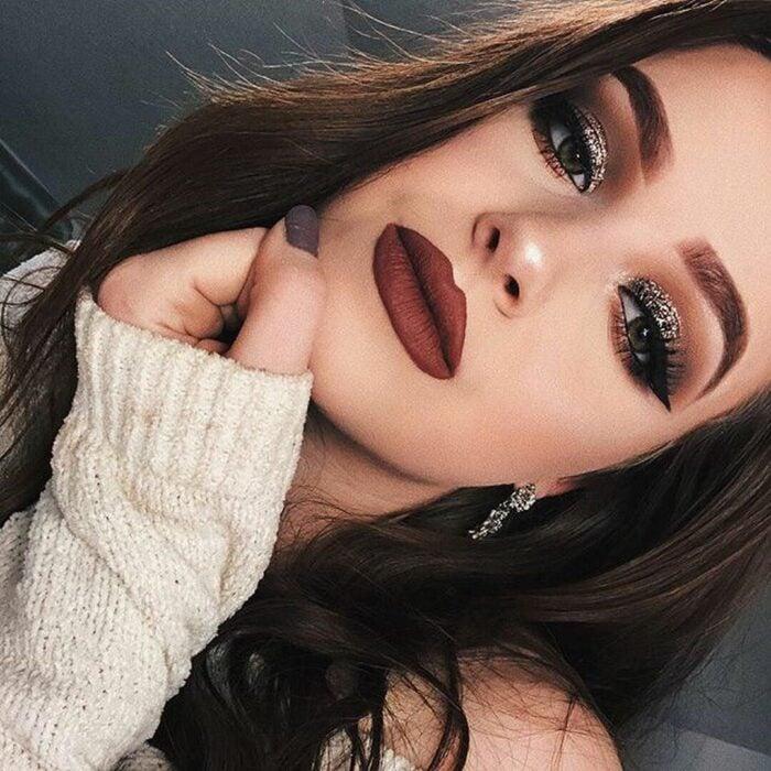 Chica con maquillaje en tonos café y dorado; Maquillajes para celebrar Navidad