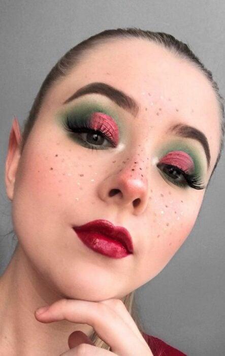 Chica con sombras en color rojo y verde; Maquillajes para celebrar Navidad