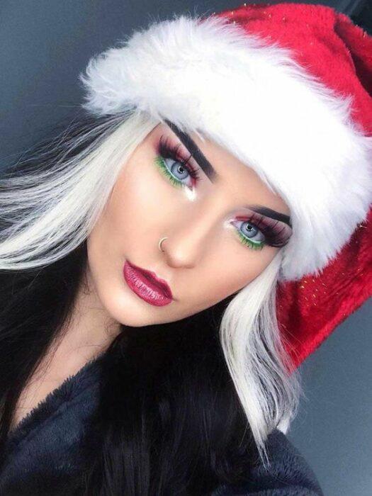 Chica con maquillaje en colores rojo, verde y plata; Maquillajes para celebrar Navidad