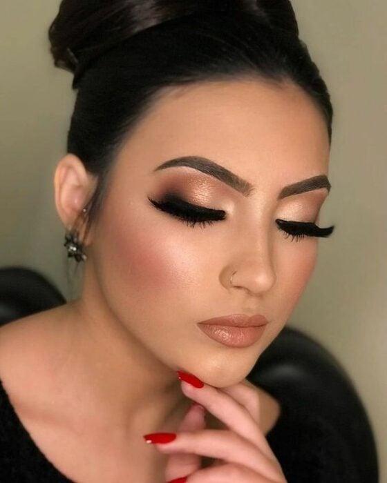 Chica con maquillaje en color nude y dorado; Maquillajes para celebrar Navidad