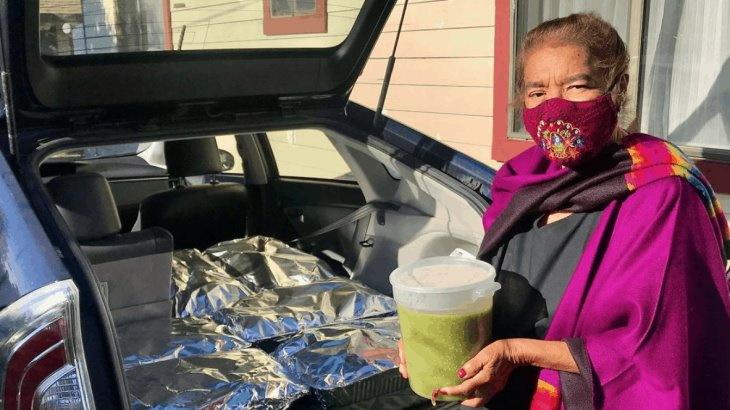 Margarita Montañez entregando los tamales en el hospital
