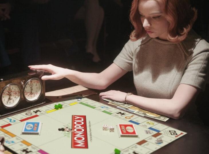 Los memes virales del 2020; Gambito de dama, Elizabeth Harmon jugando al Monopoly