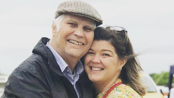 Padre e hija abrazados sonriendo