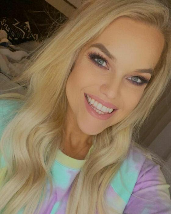 Samantha Rawley sonriendo en una selfie