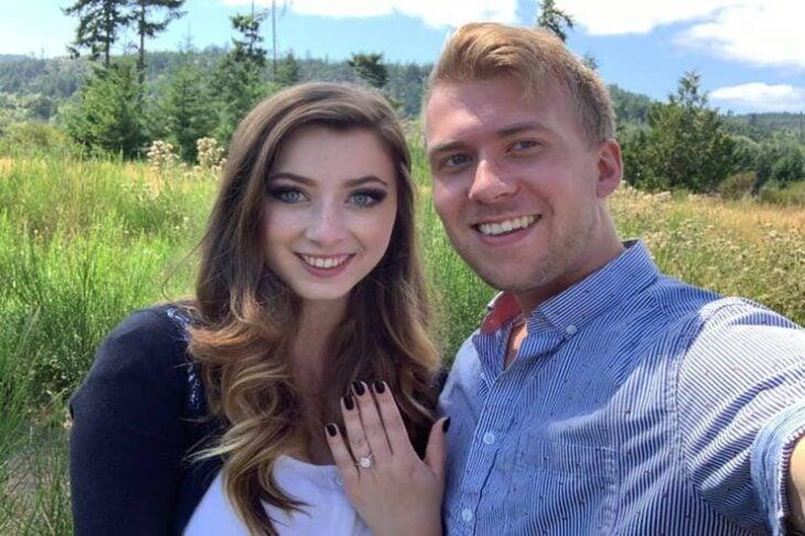 Lauren y Brayden Faganello tomándose selfie con anillo de compromiso