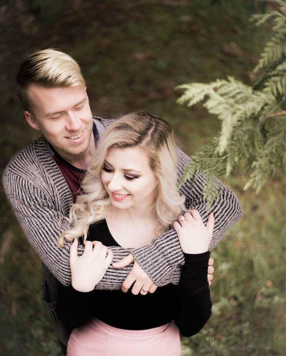 Lauren y Brayden Faganello abrazándose en el bosque