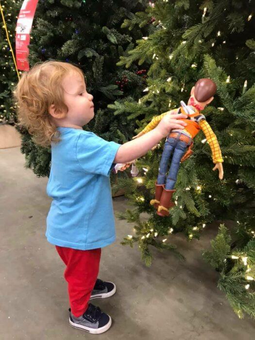 Pequeño se reencuentra con su muñeco Woody; Niño se reencuentra con su muñeco Woody