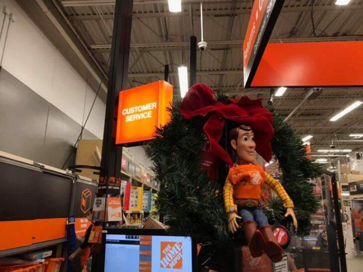 Muñeco de Woody sentado sobre una corona navideña; Niño se reencuentra con su muñeco Woody