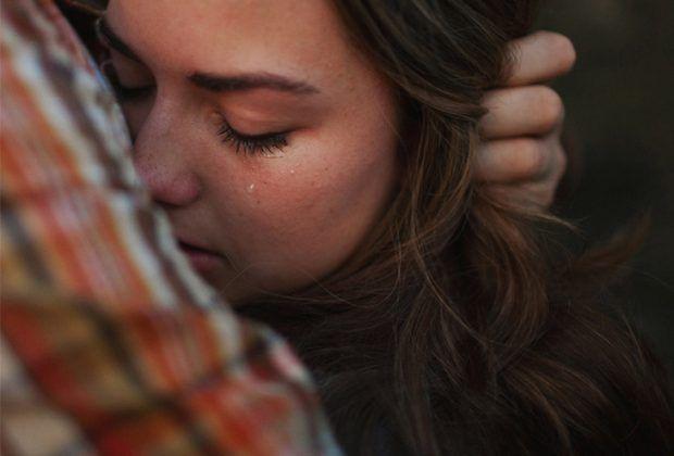 Chica llorando mientras abraza a su novio y él la consuela