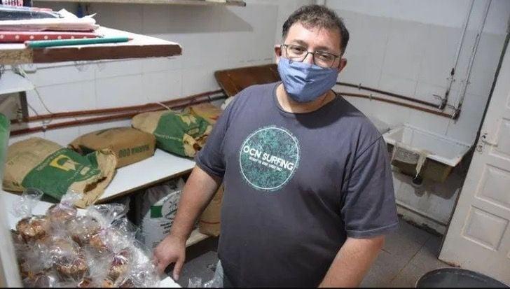 Hombre en la cocina horneando pan de caja; Padre e hijo cocinan 400 panes para entregarlos a los más necesitados