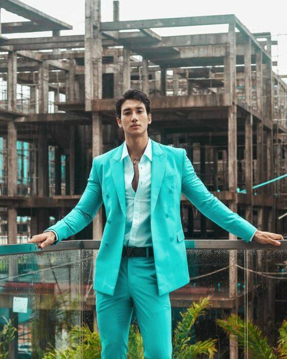 Paing Takhon posando con un traje azul turquesa y una camisa blanca