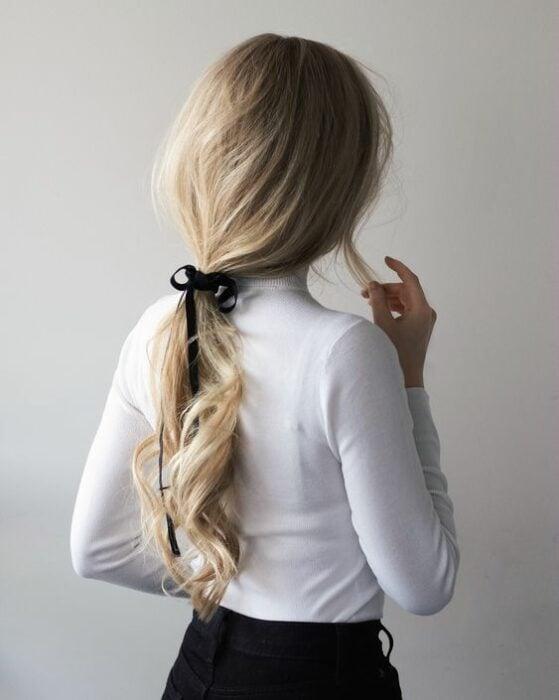 Chica peinada con coleta baja y liston; Peinados para cuando acabas de bañarte