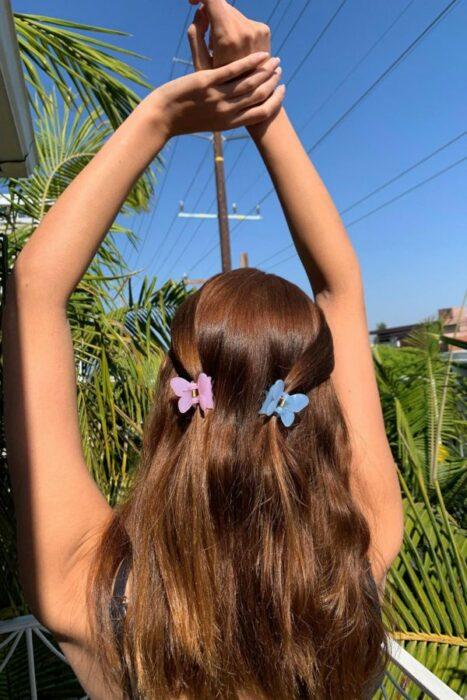 Chica con dos coletas peinadas con pinzas; Peinados para cuando acabas de bañarte