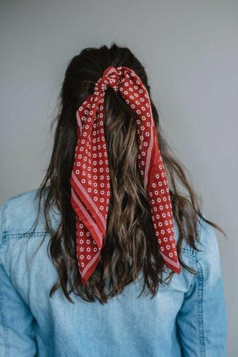 chica con media coleta decorada con pañoleta roja; Peinados para cuando acabas de bañarte