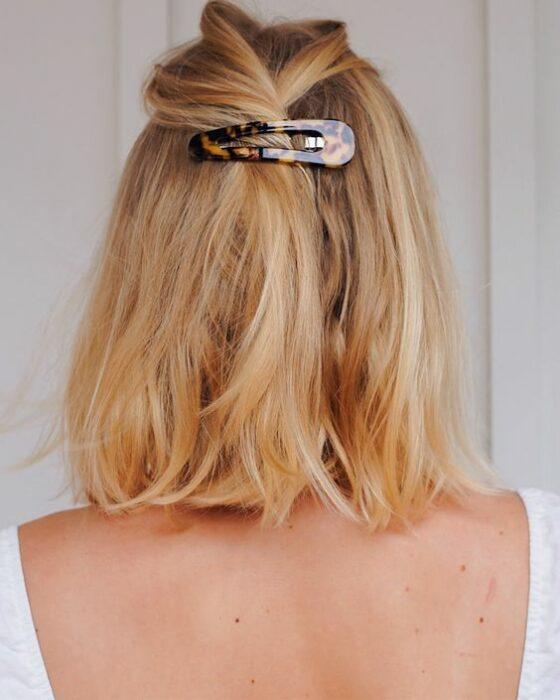 Chica con cabello midi peinado con un clip grande; Peinados para cuando acabas de bañarte