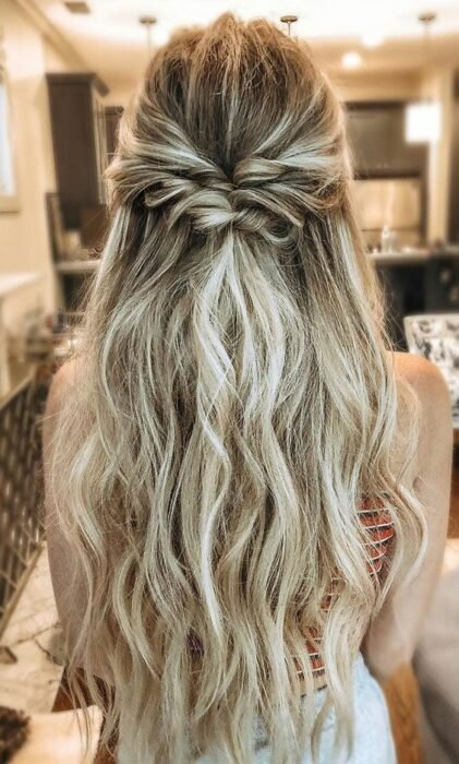 Chica con cabello suelto peinado a media coleta con torcidos; Peinados para cuando acabas de bañarte