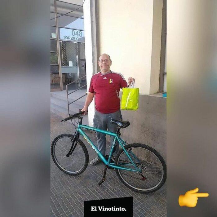 Repartidor de 60 años posando junto a su bicicleta