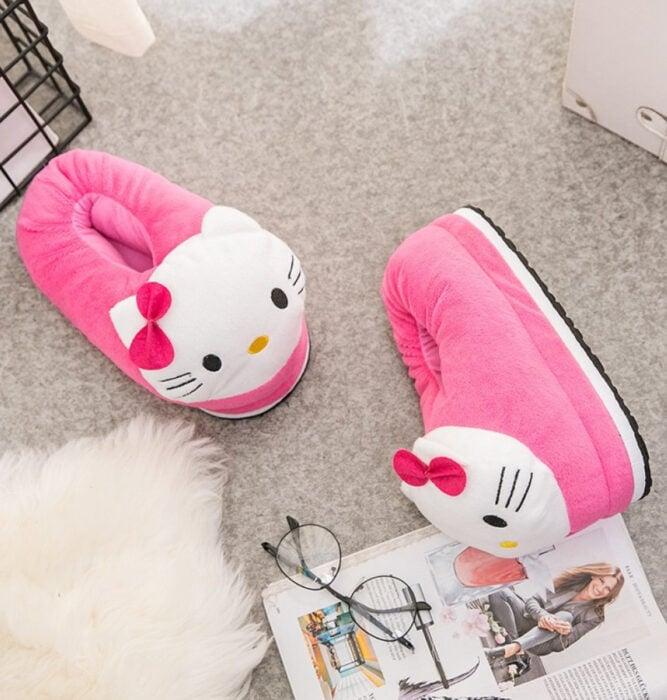 Regalos bonitos de Hello Kitty que puedes comprar en línea; pantuflas rosas