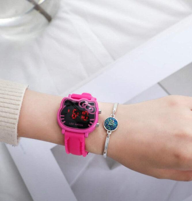 Regalos bonitos de Hello Kitty que puedes comprar en línea; reloj rosa