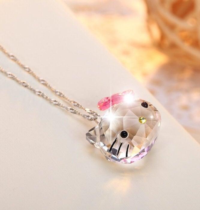 Regalos bonitos de Hello Kitty que puedes comprar en línea; collar de cristal