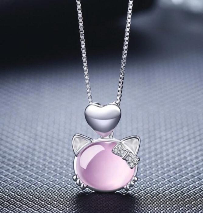 Regalos bonitos de Hello Kitty que puedes comprar en línea; collar rosa
