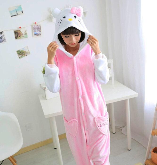 Regalos bonitos de Hello Kitty que puedes comprar en línea; pijama mono rosa con blanco y gorrito