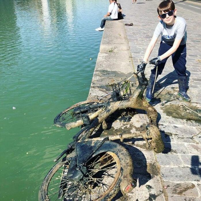 Peuqeño que limpió el río Senna con imanes