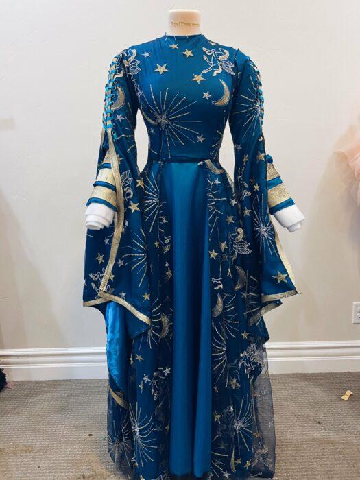 Vestido inspirado en una sacerdotisa confeccionado por Sarah Hambly