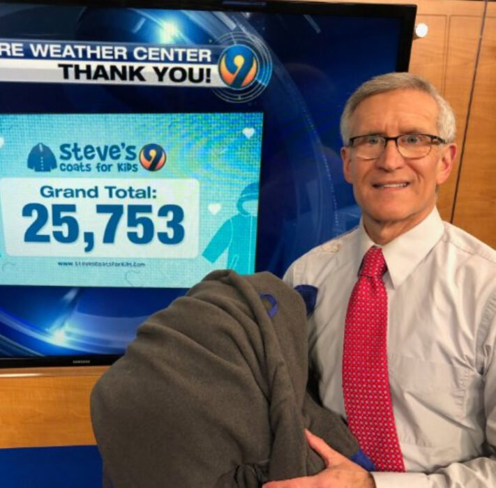 Steve Undelson, meteorólogo de Channel 9 Family Focus realizando un conteo de su campaña Steve's Coats for Kids