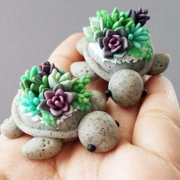 Tortuguitas grises con suculentas verdes y moradas hechas de arcilla polimérica