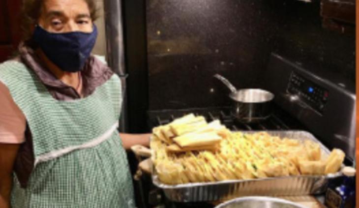 Margarita Montañez preparando los tamales para el personal médico