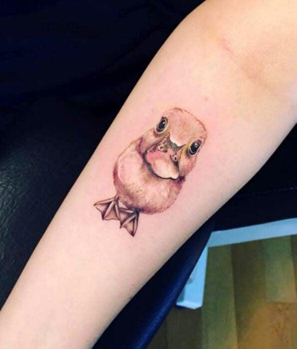 Tatuaje bonito y femenino de ave en el brazo, pato realista