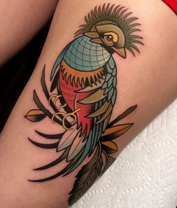 Tatuaje bonito y femenino de ave en la pierna, pájaro quetzal