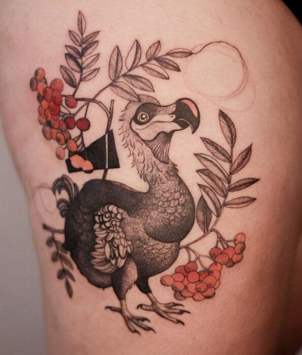 Tatuaje bonito y femenino de ave en las costillas, pájaro dodo