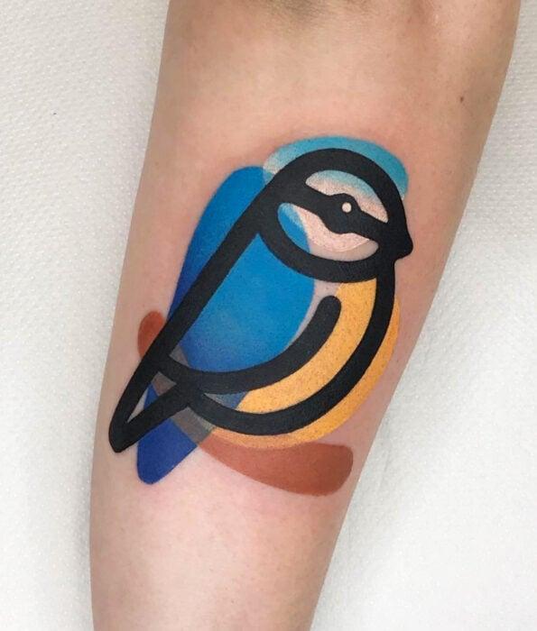 Tatuaje bonito y femenino de ave en el brazo, pájaro viuvá azul con el pecho amarillo