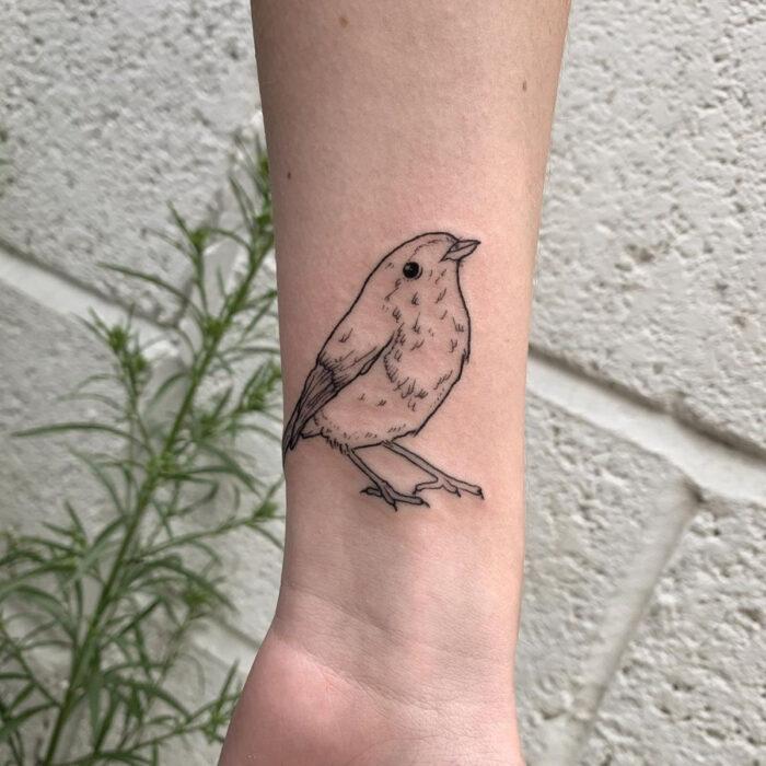 Tatuajes bonitos, pequeños y femeninos; tatuaje de pájaro en la muñeca