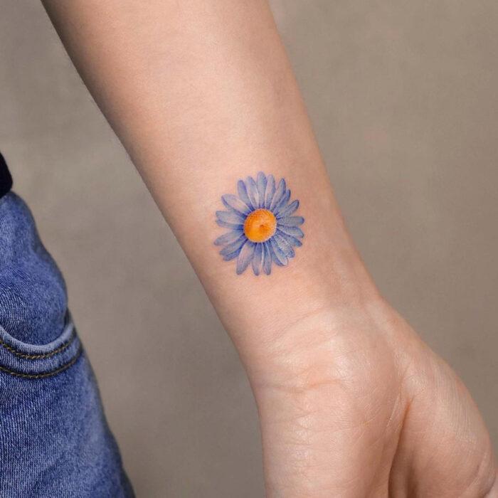Tatuajes bonitos, pequeños y femeninos; tatuaje de flor en la muñeca
